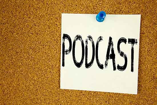 Schild mit Schriftzug Podcast an einer Pinwand