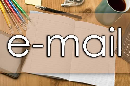 Stationary mit Notizbuch, Stiften und e-mail-Schriftzug