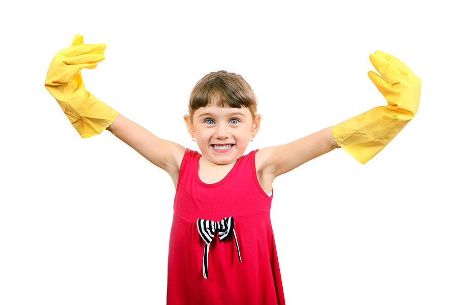 Motiviert aussehendes junges Mädchen mit Gummihandschuhen