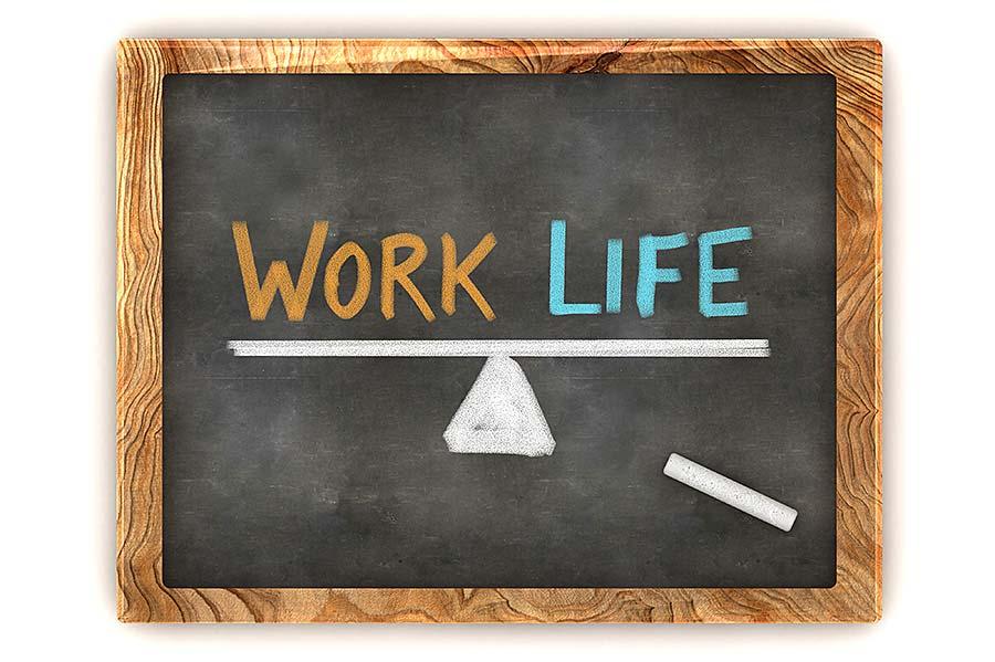 """Schiefertafel mit Zeichnung einer Waage und Schriftzug """"Work Live"""""""