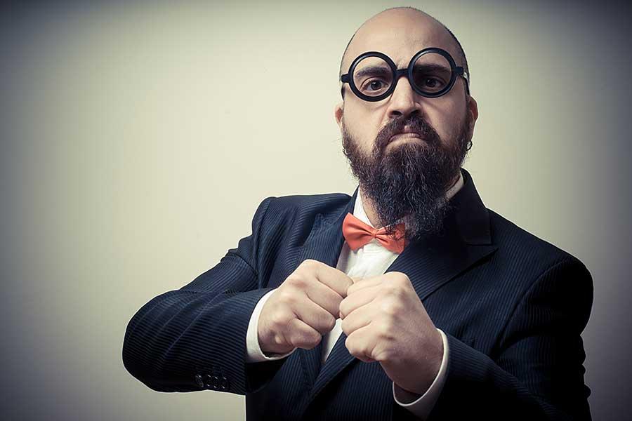 Mann mit Bart und Brille, der die Fäuste hebt