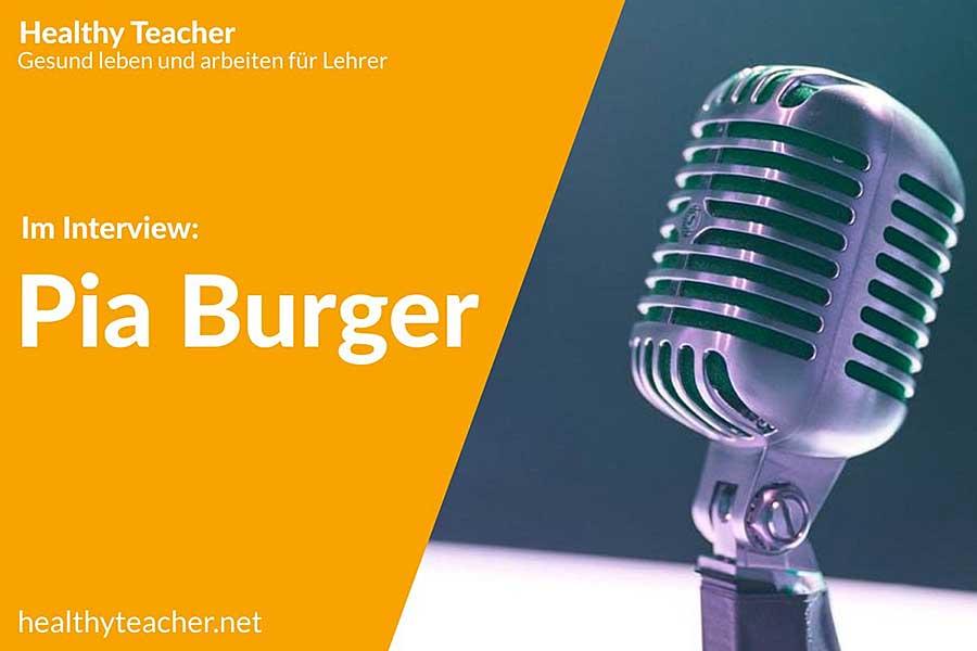 Text Interview mit Pia Burger und einem Mikrofon auf der rechten Seiten