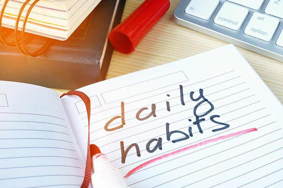 """Notizbuch auf Schreibtisch mit Schriftzug """"daily habits"""""""