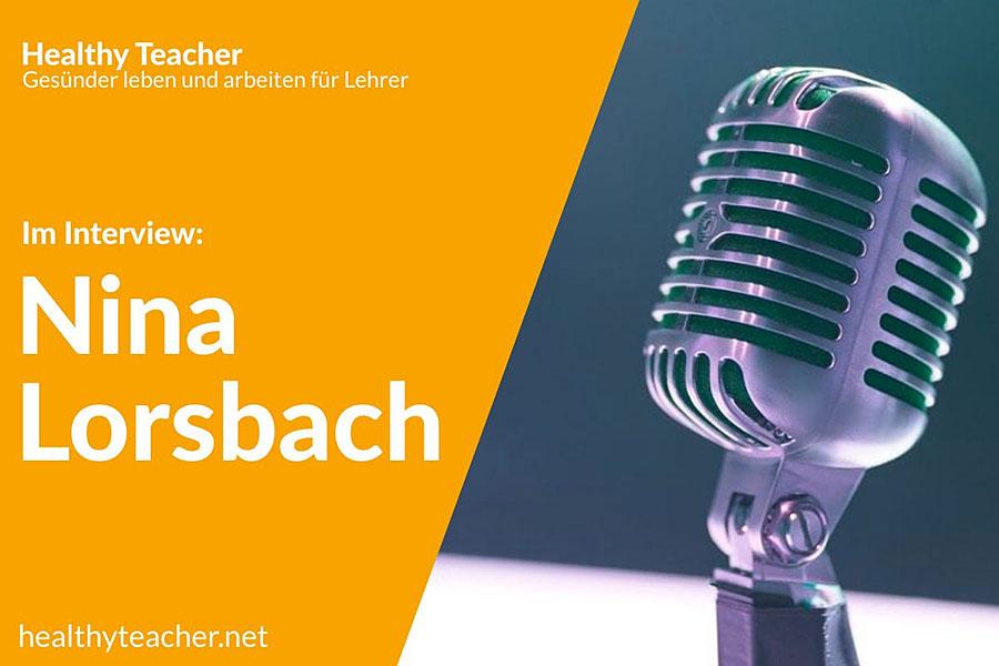 Text Interview mit Nina Lorsbach und einem Mikrofon auf der rechten Seite