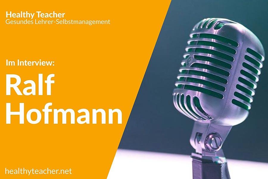 Text Interview mit Ralf Hofmann und einem Mikrofon auf der rechten Seite